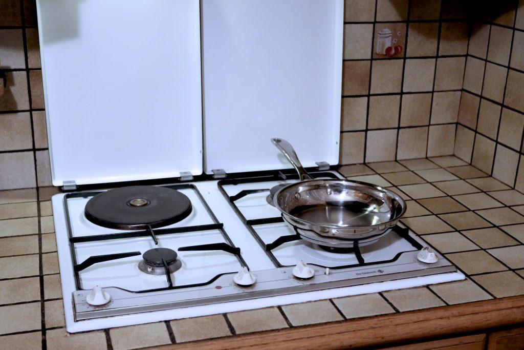 ASTUCE : Gazinière – Ce qu'il faut toujours faire pour éviter de se brûler ou éviter qu'une casserole chaude tombe par terre.