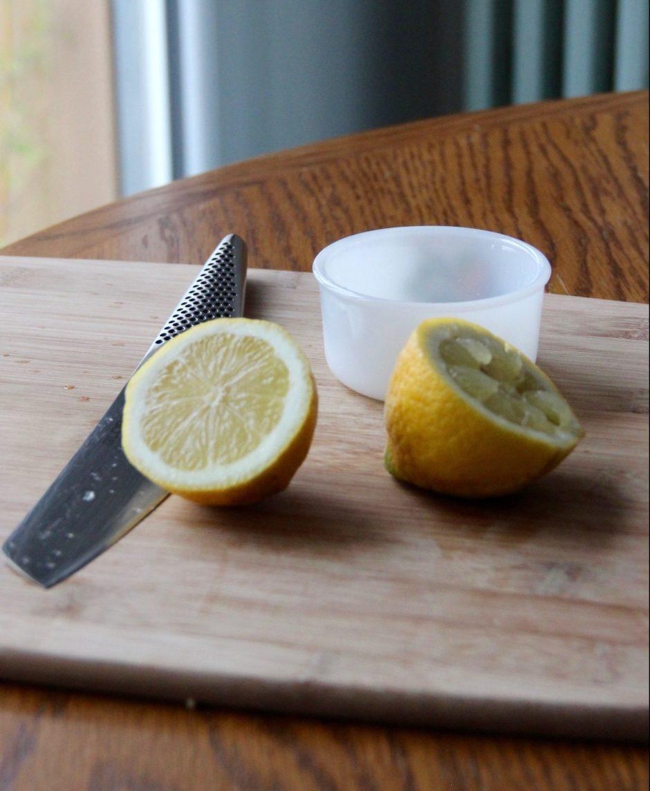 ASTUCES DE CUISTOT : Comment presser un citron avec précision? Pour le mettre du jus dans une bouteille par exemple.