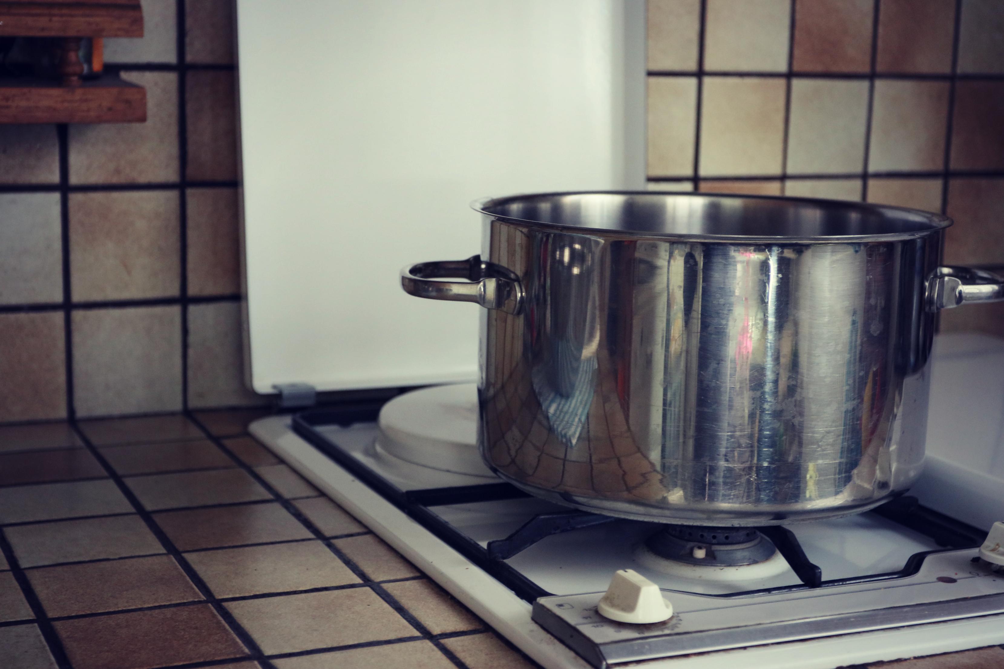 comment verser le contenu d 39 une casserole ou d 39 un r cipient facilement et en toute s curit. Black Bedroom Furniture Sets. Home Design Ideas