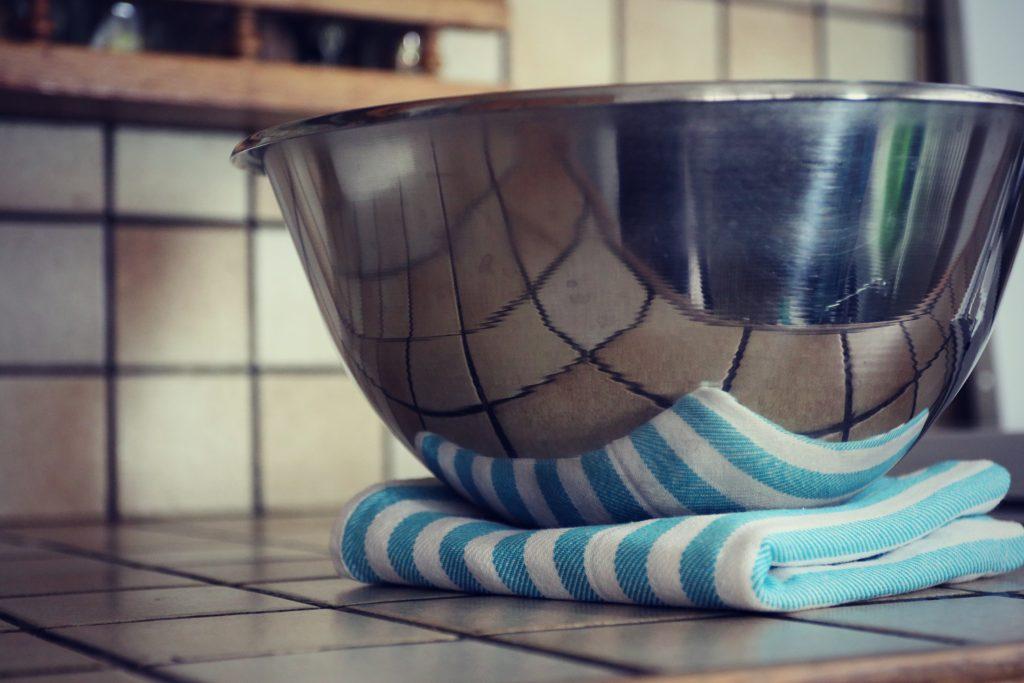 ASTUCES DE CUISTOT : Comment faire pour éviter qu'un récipient glisse pendant qu'on l'utilise/mélange?