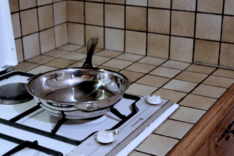 ASTUCE : Gazinière - Ce qu'il faut toujours faire pour éviter de se brûler ou éviter qu'une casserole chaude tombe par terre.